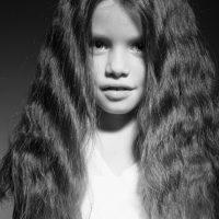 HH-meisje-lang-haar-zwart-wit